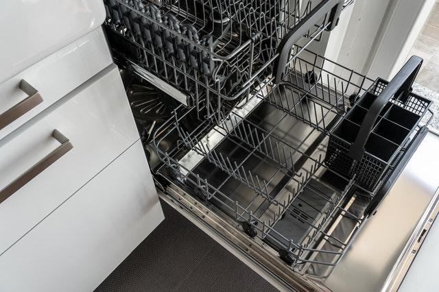 Montering af opvaskemaskine i køkkenet