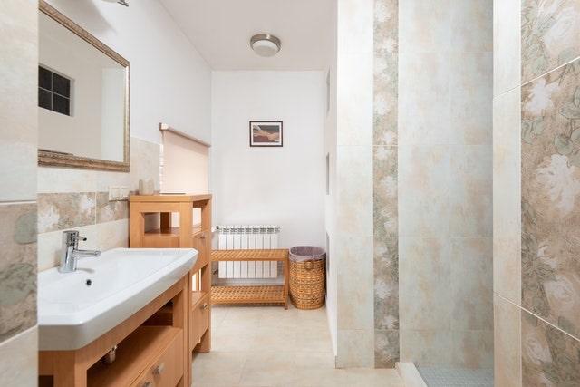 Nyt og renoveret badeværelse med flot brusekabine